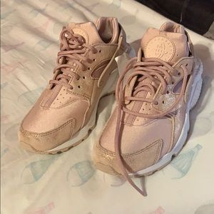 NWT blush colored Huarache sneakers size 6.5